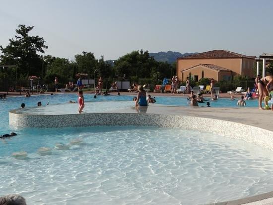 Residence Les Demeures du Ventoux : Mooi centraal gelegen zwembad.