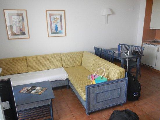Blaumar Hotel : Вид диванов и стола номер 610