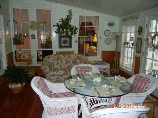 Camden Maine Stay Inn: Breakfast in the Sun Porch