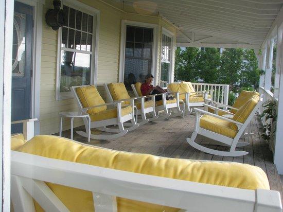 The Tides Beach Club : Front porch