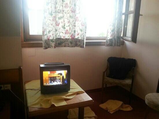 Hotel Mittagskogel: televisore vecchio in camere