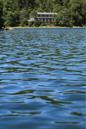 Red Crow Guesthouse: A view of the guest house from the water at high tide.