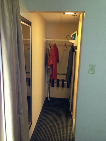 Airport Waterfront Inn : Closet
