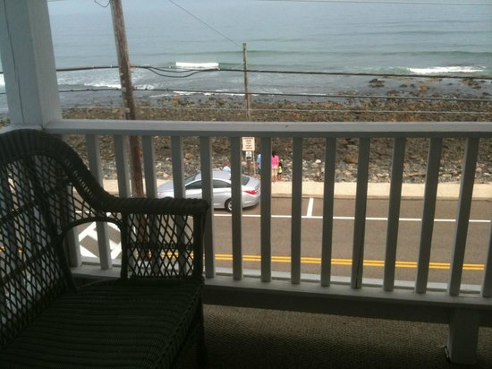 Grand View Inn and Cottages: Comfy wicker couch and view of the beach from the veranda