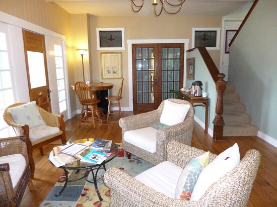 Lovejoy Inn on Whidbey Island : Guest sitting / dining room