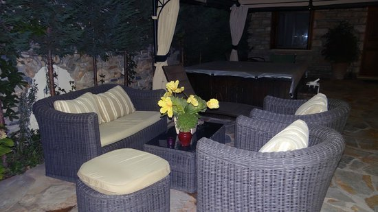 Hotel Minelska Resort: Garden facilities by night