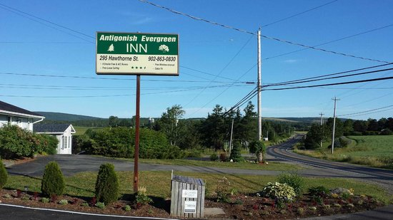 Antigonish Evergreen Inn: Watch for the sign - the Inn is located well off the road, on the edge of town.