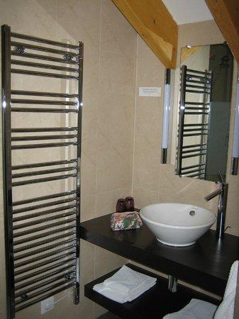 Hotel Chez Jean : Main bathroom