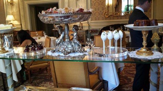 Le Cinq : dessert cart