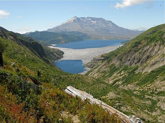 Amboy, วอชิงตัน: Spirit lake below the exposed cinder cone of Mount St Helens