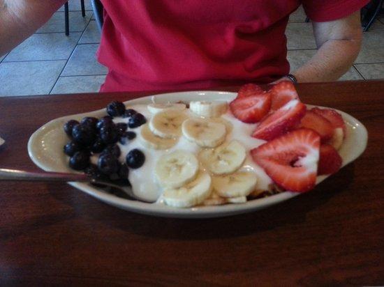 Frescos: Bowl of fruit and granola