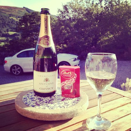 Sun Bank Holiday Cottage and Bed & Breakfast: perfect outdoor space for a cheeky glass of vino...
