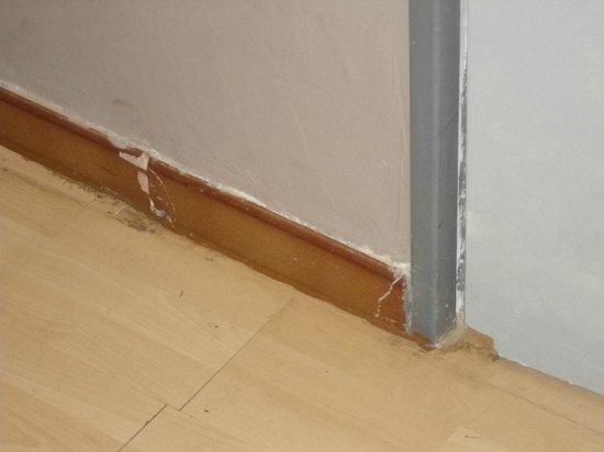 Mas de Galoffre: plinthe cassée de la chambre