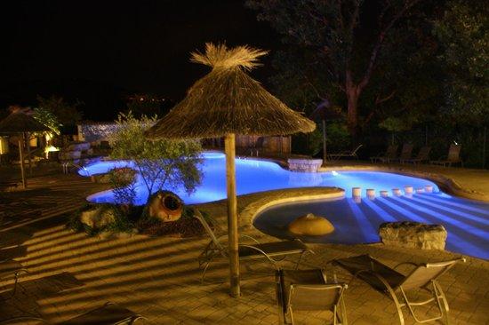 Domaine Des Chenes : Piscine by night