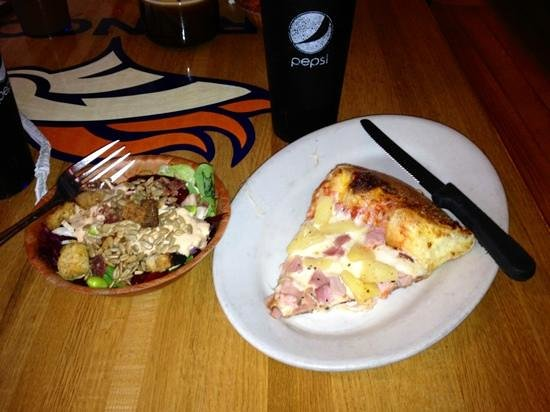 Woody's Woodfired Pizza: Fresh salad and pizza