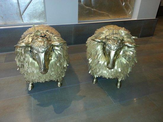 Radisson Blu Edwardian Mercer Street Hotel: Golden sheep