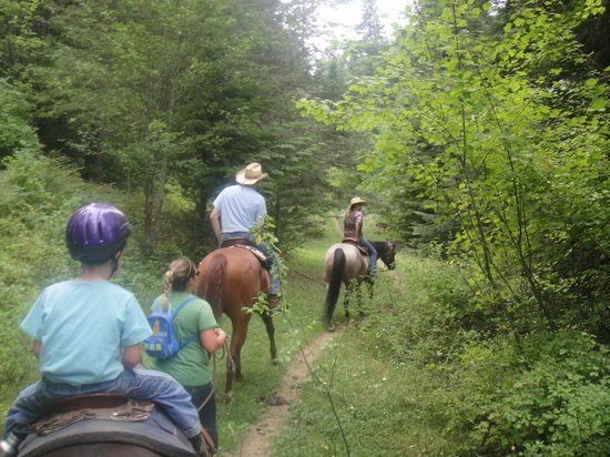 Red Horse Mountain Ranch: family ride