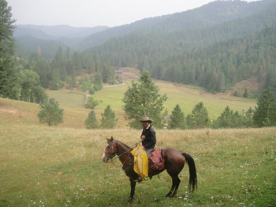 Red Horse Mountain Dude Ranch: slickers are provided for riding in the rain.