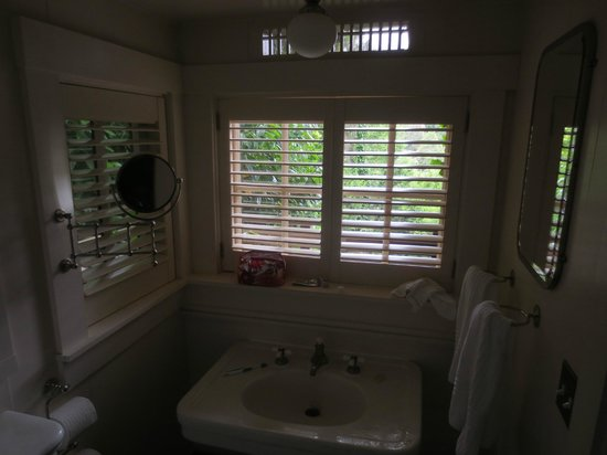 Manka's Inverness Lodge: clean bathroom