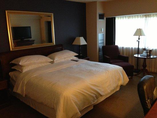 Sheraton Detroit Novi: The bed