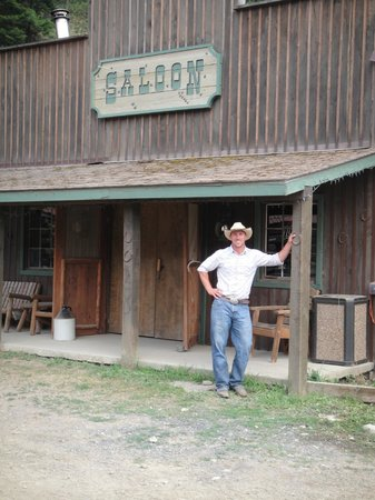 Red Horse Mountain Dude Ranch: The saloon. Has pool, music, charaoke, dancing room, bar, etc.