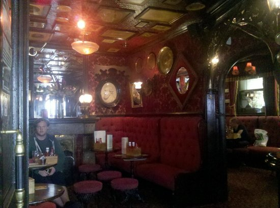 The Cricketers: The lovely old fashioned interior