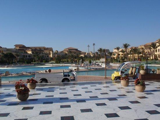 Mövenpick Hotel Cairo - Media City: Interno Hotel tutte le camere vista Piscine