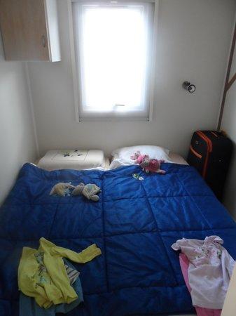 Camping Les Peupliers: chambre enfant on a collé les lits car mon fils fait des roulé boulé.... il y a une petite armoi