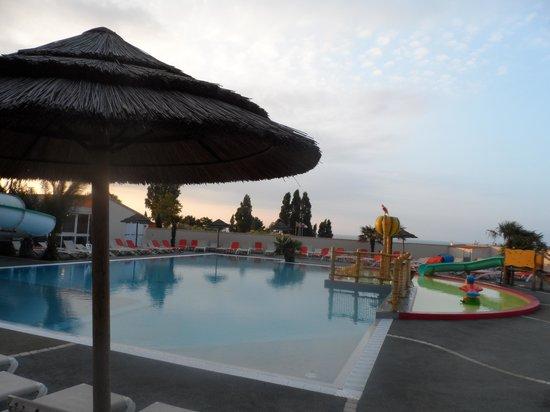 Camping Les Peupliers: la piscine ... la partie a droite est la pataugeoire