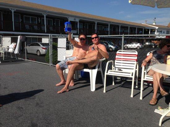 Janmere Motel : Bière au bord de la piscine
