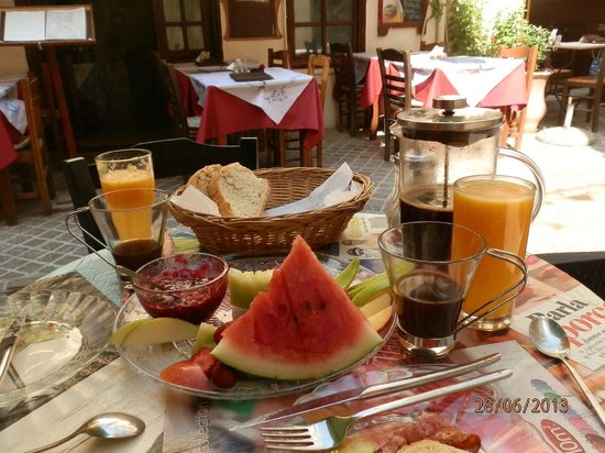 ‪سماراجدي رومز فور رينت: breakfast in the cafe in front of smaragdi‬