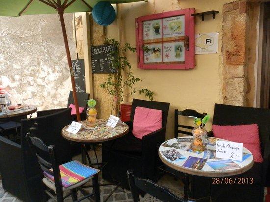 سماراجدي رومز فور رينت: cafe in fron of smaragdi studios