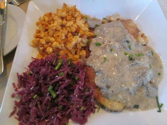 Helga's : Jaegerschnitzel, spaetzle and red cabbage