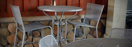 Fieldstone Grill: outdoor seating fun