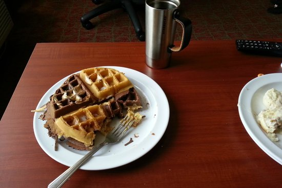 Comfort Suites Fresno River Park: Mix and match waffles! Yummy!