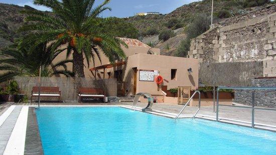 Hotel Rural El Mondalon: La piscina, en su estado habitual (desierta y apetecible)