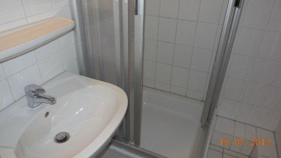 A & O Hotel & Hostel Friedrichshain: Dusche und Waschbecken