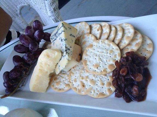 Hob Nob Restaurant : cheese plate (Motforte walzing Matilda, bleu benedictin, 4 year cheddar)