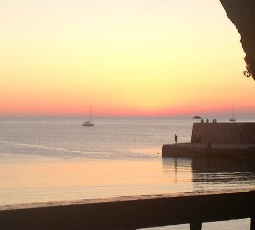 Enoteca le Petit Tonneau: Vista dalla terrazza al tramonto