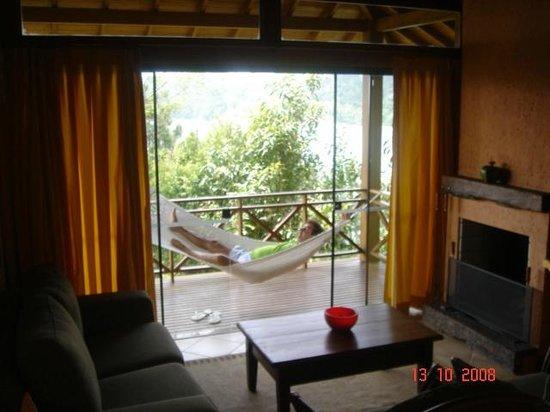 Ponta dos Ganchos Exclusive Resort: Sala com lareira e varanda - à noite é criado um clima super romântico