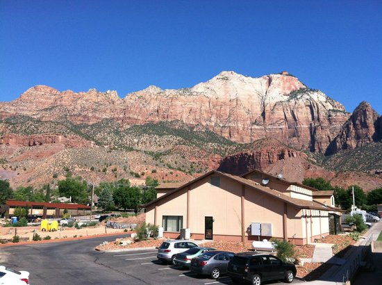 Bumbleberry Inn: View of Zion and the main building from balcony