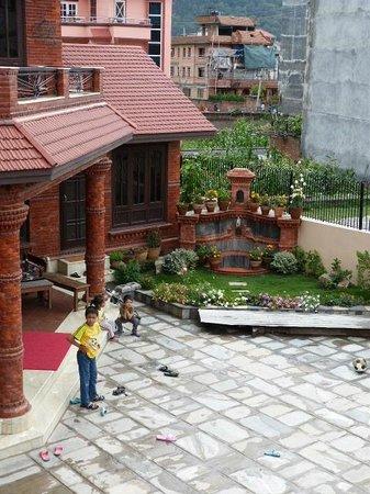Himanshu Homestay: Porch and court yard