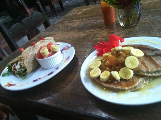La Botanica Organica Cafe: Breakfast burrito & whole wheat pancakes were fantastic