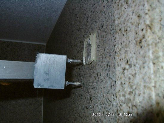 Days Inn And Suites Downtown Gatlinburg Parkway: shower mount that came out of wall when opening curtain