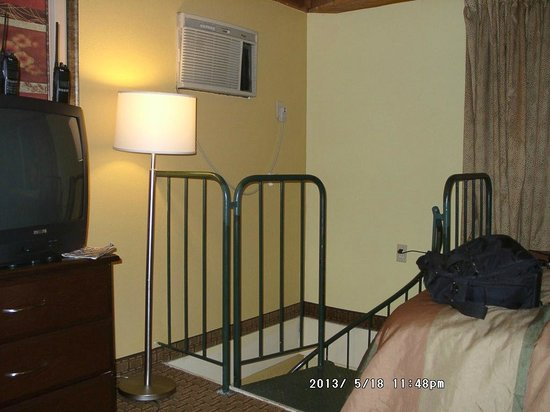 Days Inn And Suites Downtown Gatlinburg Parkway: guest must lean over railing to operate the AC unit