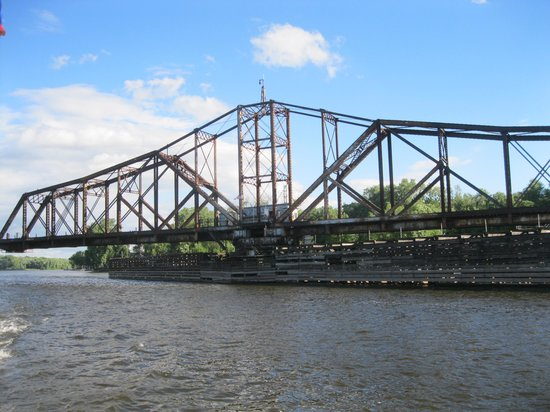 The La Crosse Queen : Rail bridge opening to allow our boat to pass