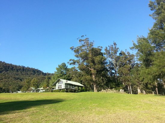 Kangaroo Valley Golf & Country Resort: Some of the cabins.