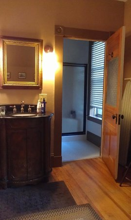 Maplecroft Bed And Breakfast: George Mackie room, bathroom