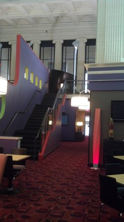 Residence Inn Columbus Downtown: Up the stairs to the lounge