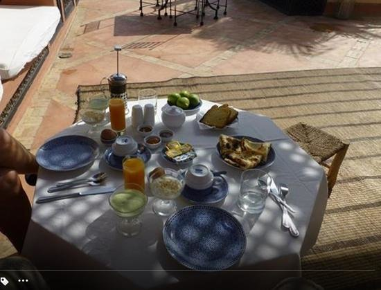 Riad l'Orangeraie : Breakfast on the rooftop. You know it's good when there's a coffee press!